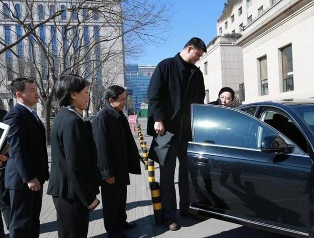 巨人的尴尬:2米26的姚明功成名就 生活中在车里这个都做不了