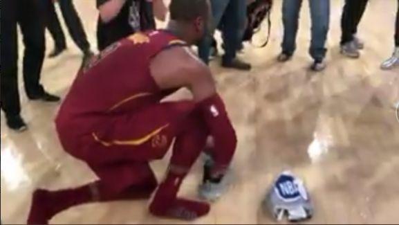 韦德赛后送原味球鞋赠给球迷 两人拥抱致意