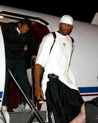 美金当厕纸,买飞机上下班!打造黄金脸,看NBA球星的花式炫富!