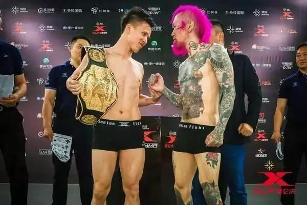 尴尬了!日本拳手嚣张挑衅中国拳王,却被90秒KO直接抬下场
