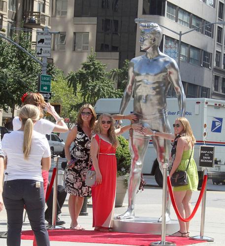 贝克汉姆佛罗里达路遇疯狂女粉丝,女子摇下车窗后的动作让人尴尬